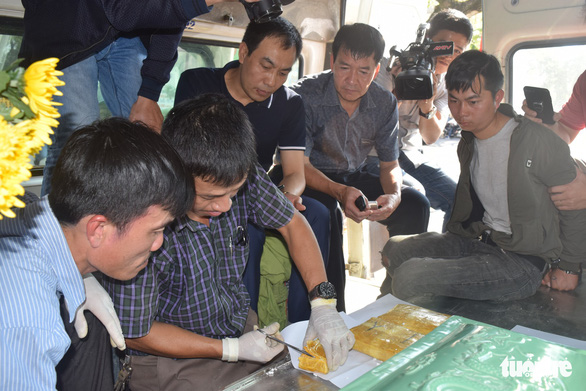 Officials open a package of drugs inside a bus in Thu Thien-Hue Province, central Vietnam, February 2, 2019. Photo: Thuong Hien / Tuoi Tre