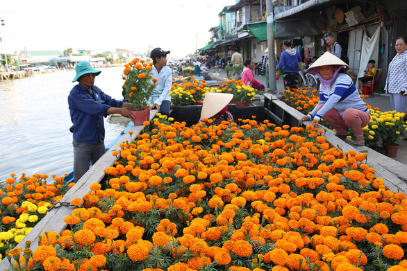 Floating market bustling ahead of Lunar New Year in Vietnam's Mekong Delta