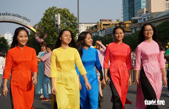 Yong women take a stroll along Nguyen Hue Flower. Photo: Tuyet Kieu / Tuoi Tre
