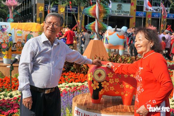 An elderly couple poses for a photo. Photo: Tuyet Kieu / Tuoi Tre
