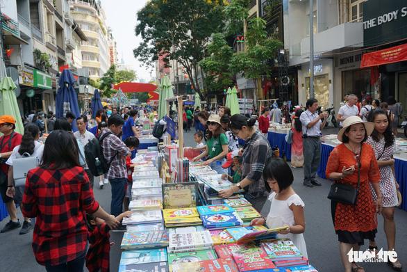 Visitors at the book street. Photo: Tuyet Kieu / Tuoi Tre