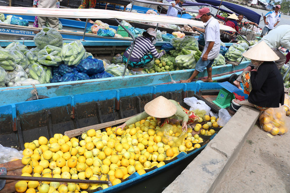 A boat filled with fruits dock at the market. Photo: Nguyet Nhi / Tuoi Tre