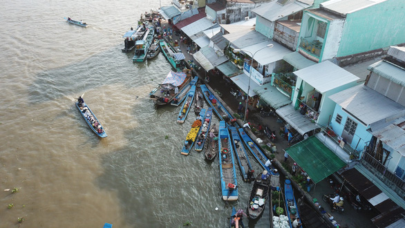Merchants dock their boats at the floating market. Photo: Chi Quoc / Tuoi Tre
