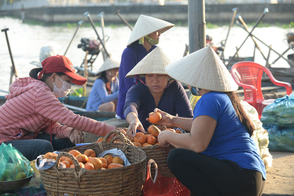 A merchant from Hau Giang Province sells her fruits at the venue. Photo: T.T.D. / Tuoi Tre