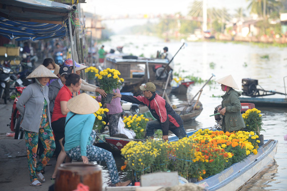 People buy flowers at the Nga Nam Market. Photo: T.T.D. / Tuoi Tre