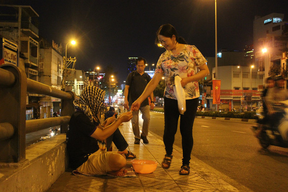Two Vietnamese beg for social experiment on Lunar New Year's Eve