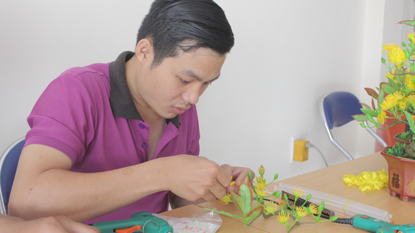 The practice demands high concentration and meticulousness at disposal. Photo: Y Nhung / Tuoi Tre