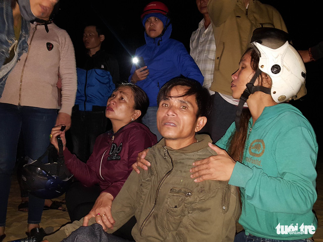The father of one of the two remaining missing students waits for news of his son. Photo: Tan Luc / Tuoi Tre