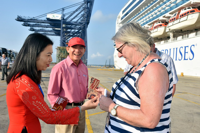 Tran Thi Thu Hien, deputy director of the Ba Ria - Vung Tau department of tourism, gives tourists on Sapphire Princess lucky money on February 8, 2019. Photo: D.H / Tuoi Tre