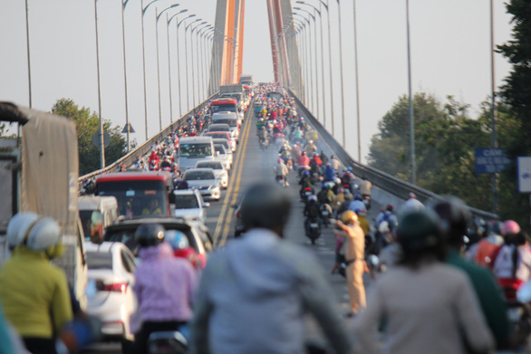 A large number of vehicles on the Rach Mieu Bridge. Photo: Mau Truong / Tuoi Tre