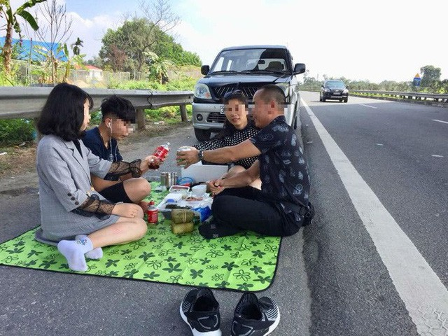 Man fined $237 for picnicking with family on expressway in northern Vietnam