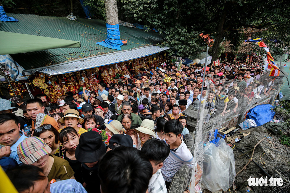 A sea of people visit the Huong Pagoda in rural Hanoi on February 10, 2019. Photo: Nam Tran / Tuoi Tre
