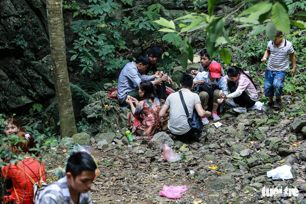 A group of visitors enjoy their meal among litters at the Huong Pagoda in rural Hanoi on February 10, 2019. Photo: Nam Tran / Tuoi Tre