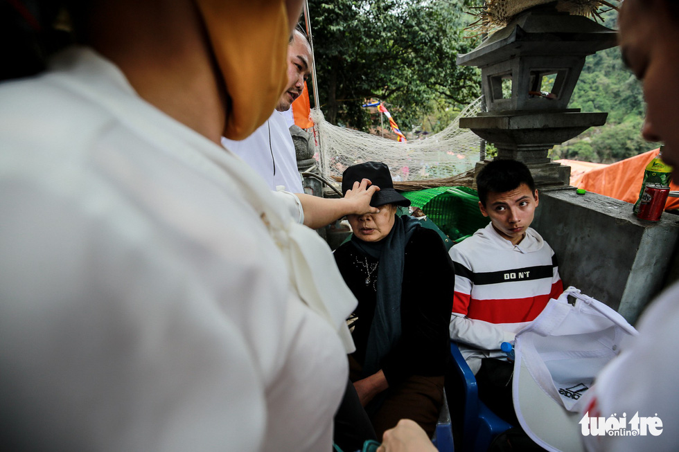 A woman is given medical support after she fainted among the crowd who visited Huong Pagoda in rural Hanoi on February 10, 2019. Photo: Nam Tran / Tuoi Tre