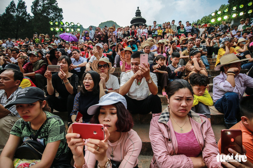 Fainting, queue jumping at Hanoi's iconic Huong Pagoda festival