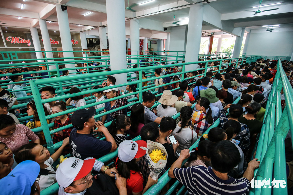 A long queue is seen at a cable car station at the Huong Pagoda in rural Hanoi on February 10, 2019. Photo: Nam Tran / Tuoi Tre