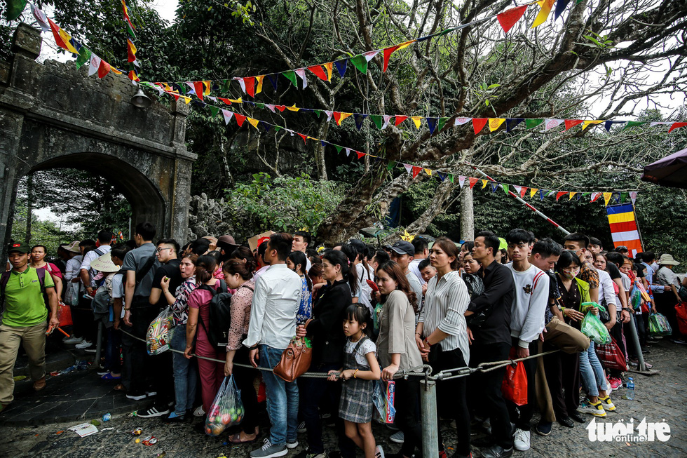 Visitors queue to enter the Huong Tich Cave in rural Hanoi on February 10, 2019. Photo: Nam Tran / Tuoi Tre