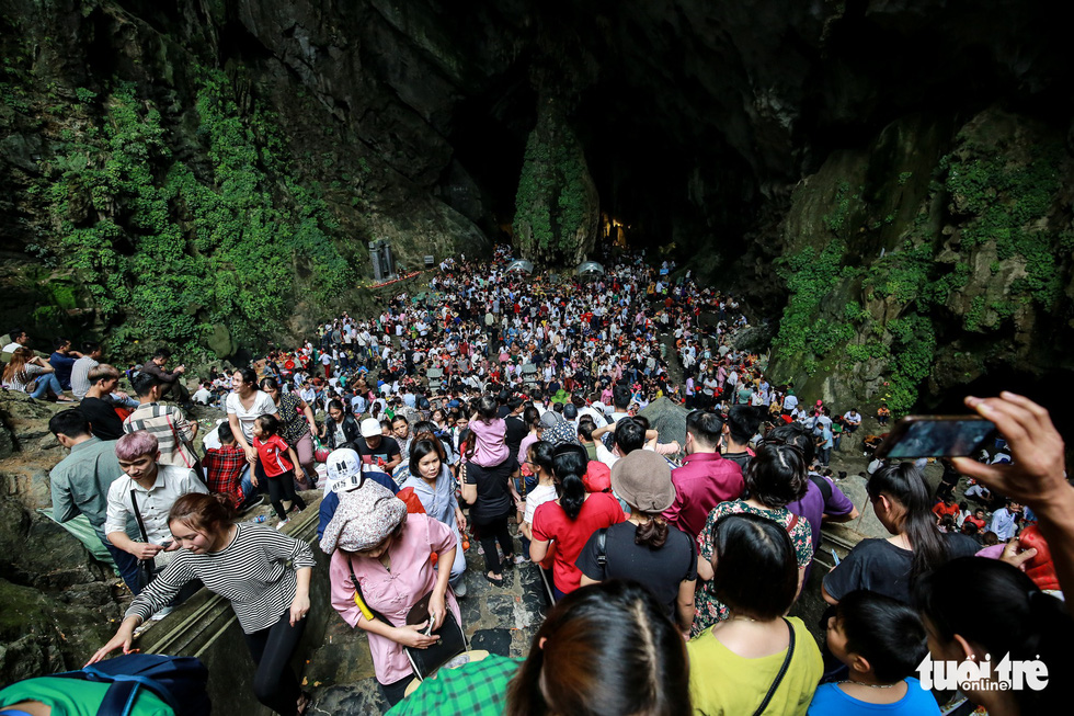 A sea of people visit the Huong Tich Cave in rural Hanoi on February 10, 2019. Photo: Nam Tran / Tuoi Tre