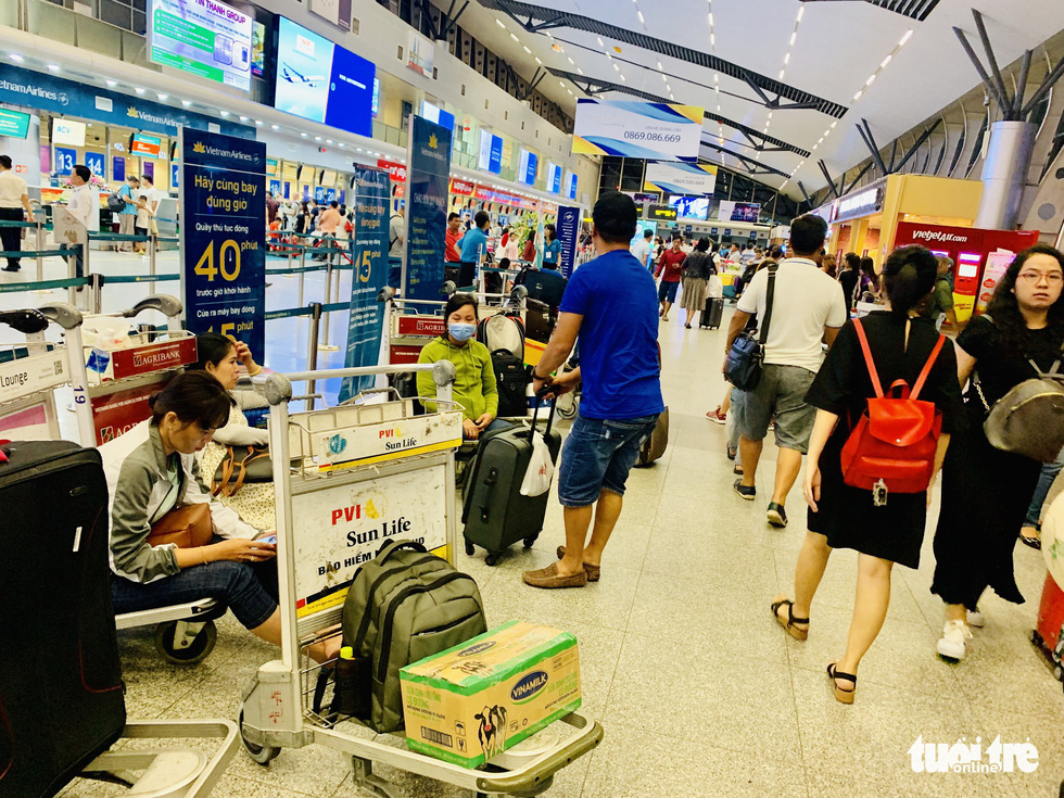 Passengers wait at Da Nang International Airport in the evening of February 10, 2019. Photo: Cong Trung / Tuoi Tre
