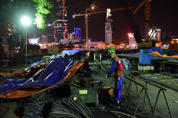 A worker is seen on duty at Ben Thanh station in District 1, Ho Chi Minh City in the evening of January 22, 2019. Photo: Quang Dinh / Tuoi Tre