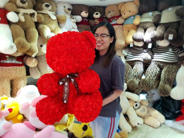 A rose teddy bear. Photo: Bong Mai / Tuoi Tre