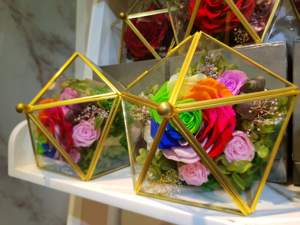 A transparent mica box of eternal roses. Photo: Bong Mai / Tuoi Tre