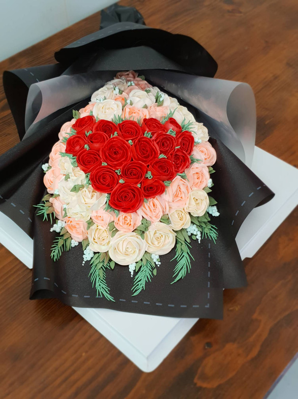 A bouquet-shaped cake is on sale at a bakery in Binh Thanh District, Ho Chi Minh City. Photo: Bong Mai / Tuoi Tre