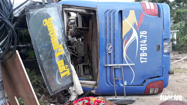 Passenger bus with burst tire slams into house in Nha Trang