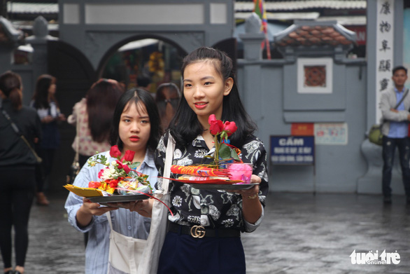 Visitors make offerings at the Ha Pagoda in Hanoi. Photo: Ha Thanh / Tuoi Tre