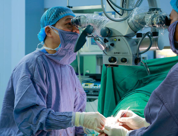 Hoang is seen during a surgical operation at 108 Military Central Hospital. Photo: Viet Dung / Tuoi Tre