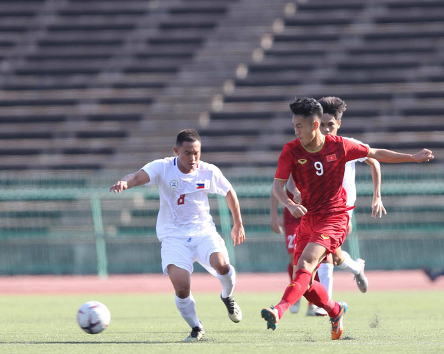 A Vietnamese striker (in red) shoots the ball in a game between Vietnam and the Philippines in the group stage at the AFF U-22 LG Cup 2019 in Phnom Penh, February 17, 2019. Photo: Phuong Nghi / Tuoi Tre