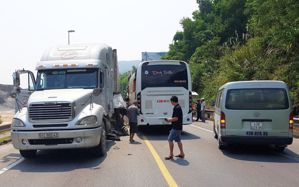 The trailer truck and tourist bus following the collision. Photo: Tuoi Tre's contributor