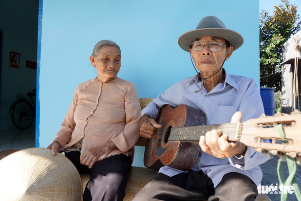 Huynh Van Bau is seen playing his guitar for his 'hundred-year lover' Nguyen Thi Cuc. Cuc admitted that it has been quite a while since she last heard his melodies. Photo: Tuyet Kieu / Tuoi Tre