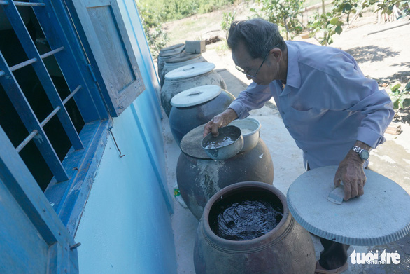 Though Bau only knows how to cook rice, his rice is the best all around – and he is content with helping his wife like that. Photo: Tuyet Kieu / Tuoi Tre