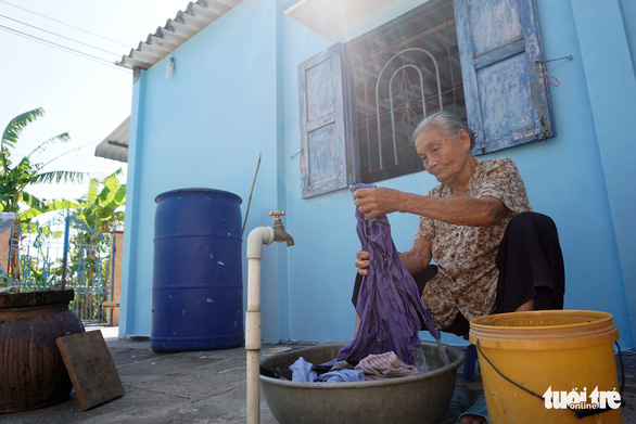 Cuc has been washing Bau's clothes for roughly over half a century now. Photo: Tuyet Kieu / Tuoi Tre