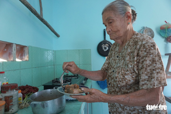 Cuc pours all of her love into making the best dishes for her husband. Photo: Tuyet Kieu / Tuoi Tre