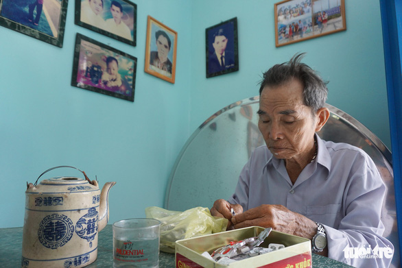 Bau takes medicine every day, so that he can remain healthy to stay with his wife longer. Photo: Tuyet Kieu / Tuoi Tre