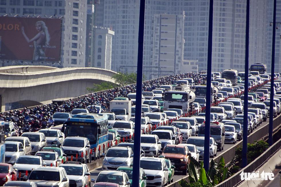 Vehicles throng Saigon Bridge in Ho Chi Minh City, February 19, 2019. Photo: Le Phan / Tuoi Tre