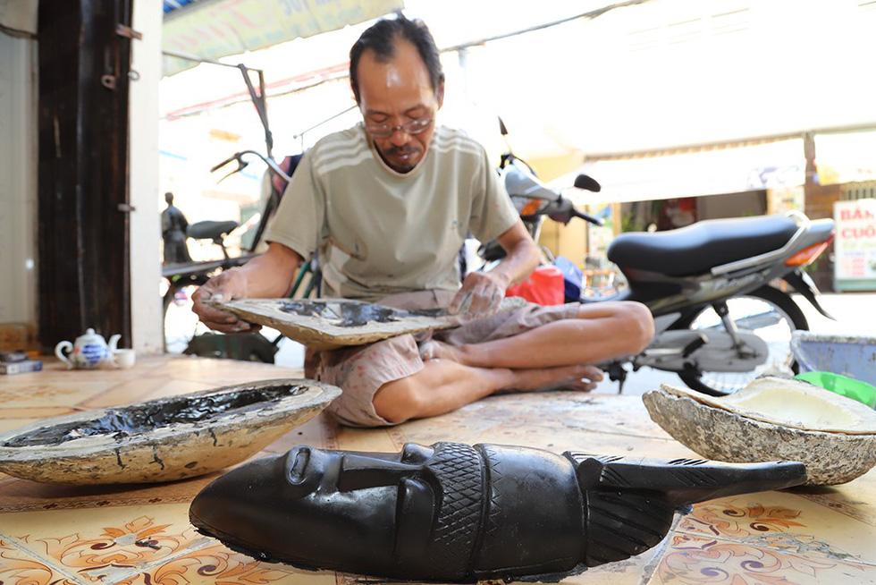 Nguyen Van Bay makes masks at his home in Ho Chi Minh City. Photo: Nhu Hung / Tuoi Tre