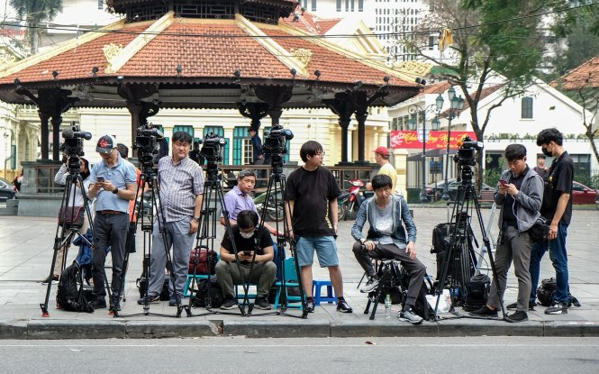 Foreign reporters set up cameras on a street in Hanoi. Photo: Nam Tran / Tuoi Tre