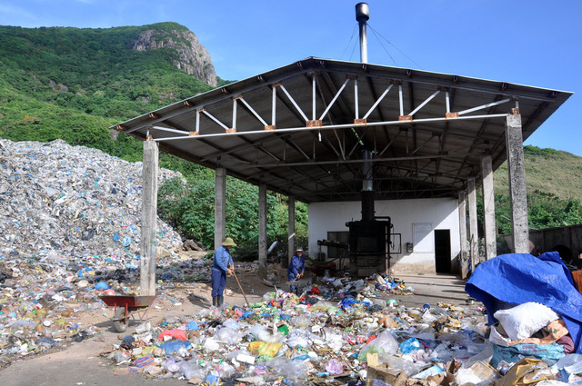 Workers move garbage at an incineration plant on the Con Dao Island, off the southern Vietnamese coast. Photo: Dong Ha / Tuoi Tre