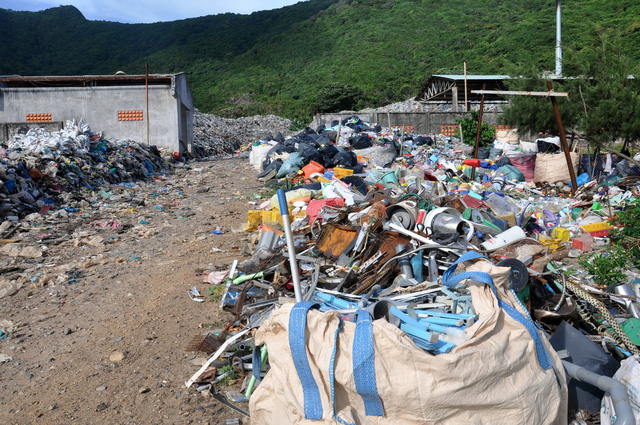 Garbage overflows the landfill on the Con Dao Island, off the southern Vietnamese coast. Photo: Dong Ha / Tuoi Tre
