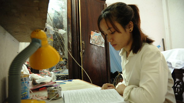 Nguyen Tran Thi Giang makes an effort to become a nurse to help people of her village. Photo: Le Trung / Tuoi Tre