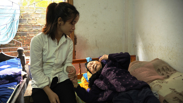 Giang takes care of her old grandmother Nguyen Thi Nen, who raised her since she was an infant. Photo: Le Trung / Tuoi Tre