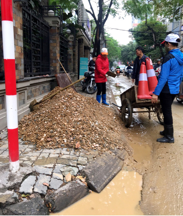 Workers repair a sidewalk in Hanoi, Vietnam, in late 2018. Photo: X. Long / Tuoi Tre