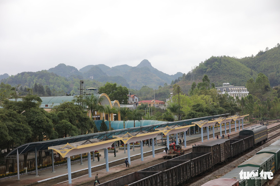 Workers clean Dong Dang Railway Station in Lang Son Province, located in northern Vietnam, February 25, 2019. Photo: Viet Dung / Tuoi Tre