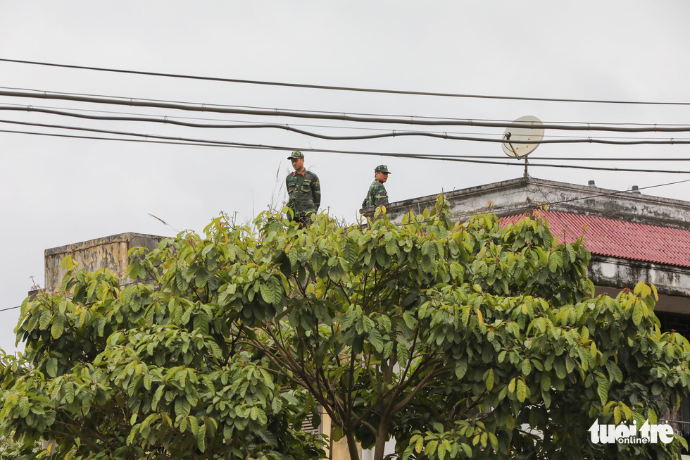 Soldiers observe from atop a building near Dong Dang Railway Station in Lang Son Province, northern Vietnam, February 25, 2019. Photo: Viet Dung / Tuoi Tre