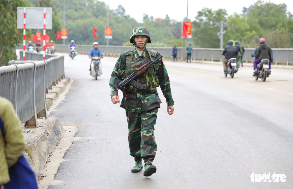 A soldier patrols on an overpass leading to Dong Dang Railway Station in Lang Son Province, northern Vietnam, February 25, 2019. Photo: Viet Dung / Tuoi Tre