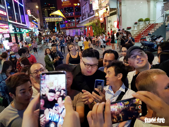 The Kim Jong Un doppelganger is surrounded by the crowd. Photo: Ngoc Hien / Tuoi Tre