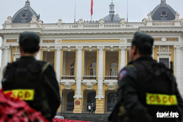 Police officers are mobilized in front of the Hanoi Opera house. Photo: Nam Tran / Tuoi Tre